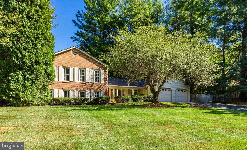 Welcome Home! Goreouse 1/2 acre lot! - 1833 BATTEN HOLLOW RD, VIENNA