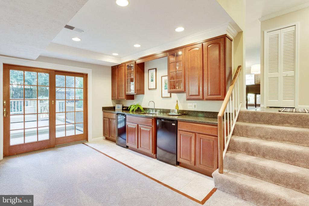 Family Room to Walk-out level - 1833 BATTEN HOLLOW RD, VIENNA