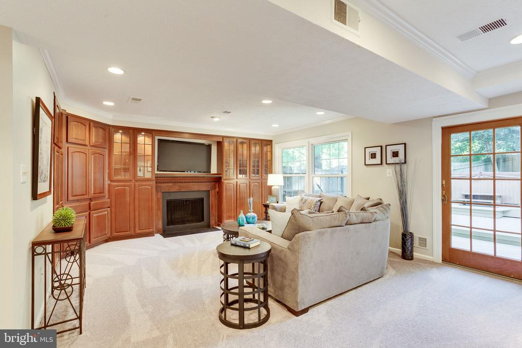 Family Room with Built-ins - 1833 BATTEN HOLLOW RD, VIENNA