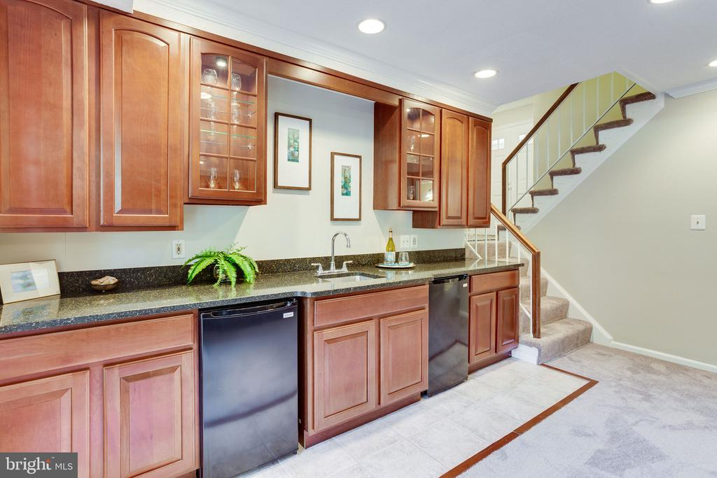Family Room with Wet Bar - 1833 BATTEN HOLLOW RD, VIENNA