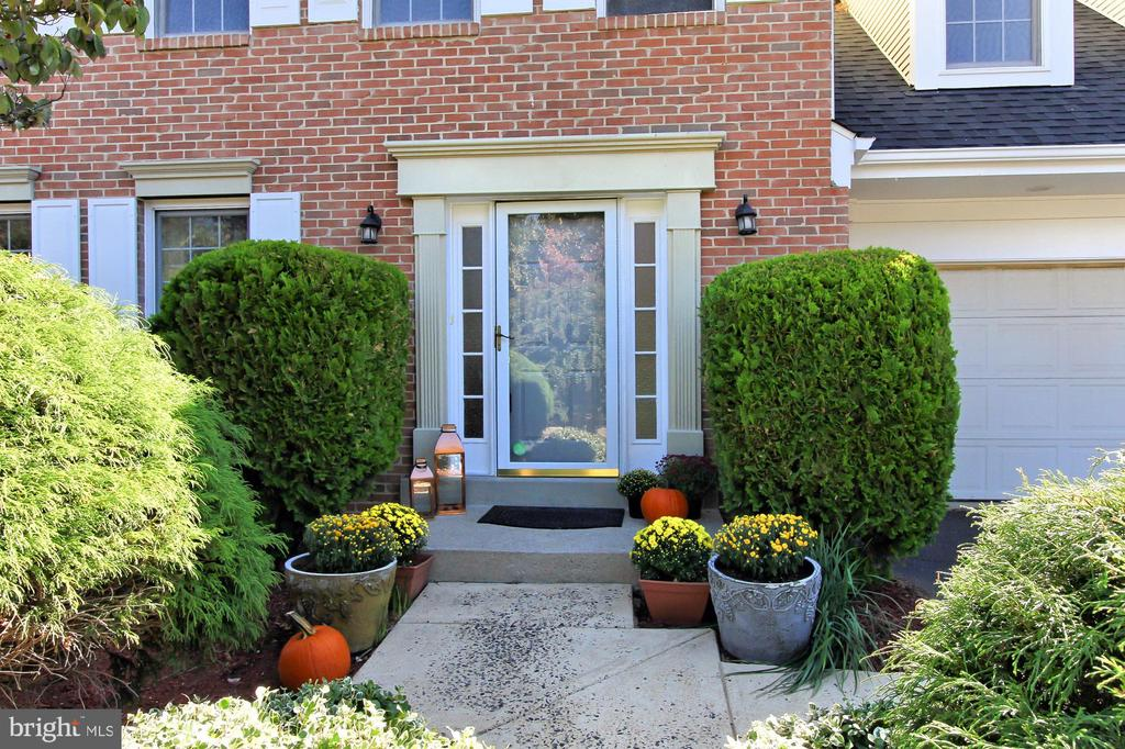 Privacy ~ Only 1 mile from the Metro & Tysons - 2309 YVONNES WAY, DUNN LORING