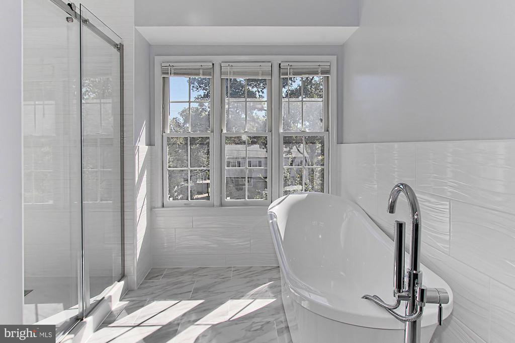 Brand New Shower w/ Glass Door & Free-Standing Tub - 2309 YVONNES WAY, DUNN LORING