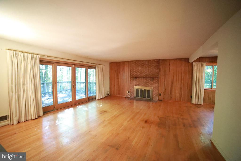 Large main living space with huge sliding doors - 10209 WESTFORD DR, VIENNA