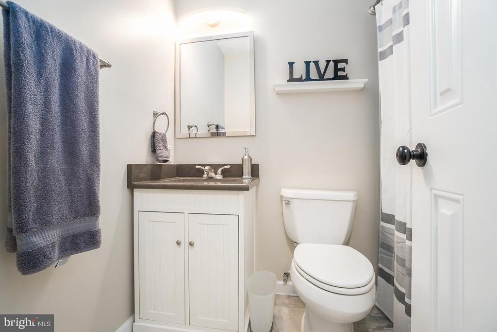 Full bathroom on the third floor. - 108 CLORE DR, STAFFORD