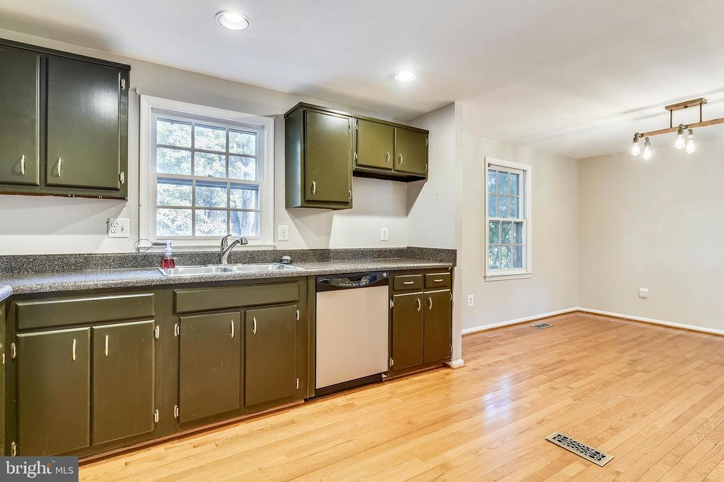 LIGHT AND BRIGHT KITCHEN AREA! - 14564 WOODLAND RIDGE DR, CENTREVILLE