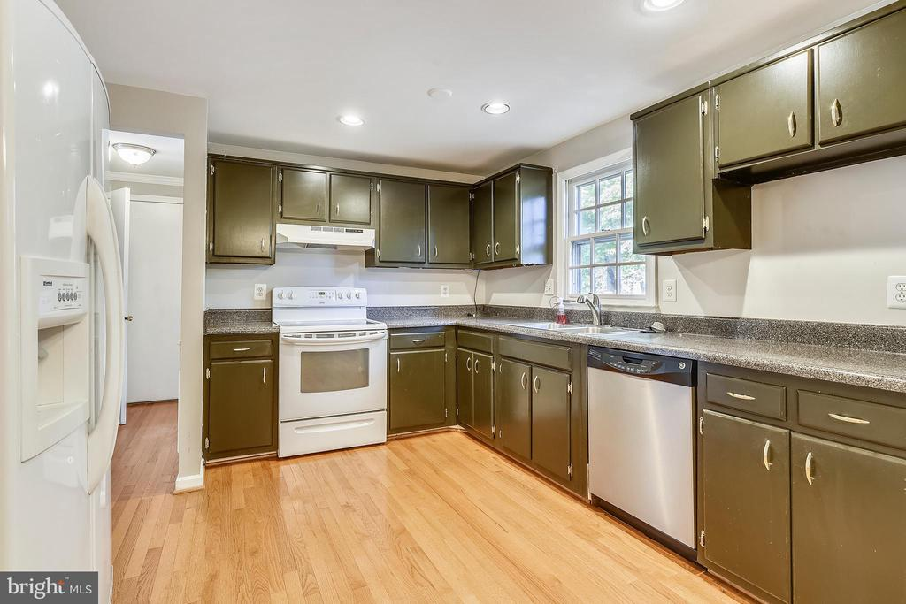 LARGE KITCHEN WITH LOTS OF COUNTER SPACE! - 14564 WOODLAND RIDGE DR, CENTREVILLE