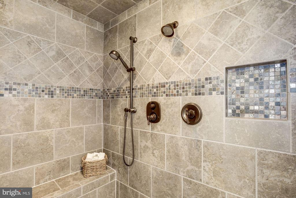 Rain shower - 4507 16TH ST N, ARLINGTON