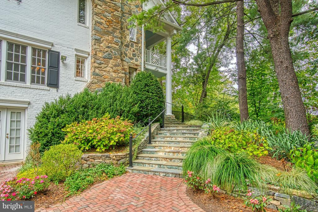 Landscaped grounds/stunning hardscape on all sides - 3812 MILITARY RD, ARLINGTON