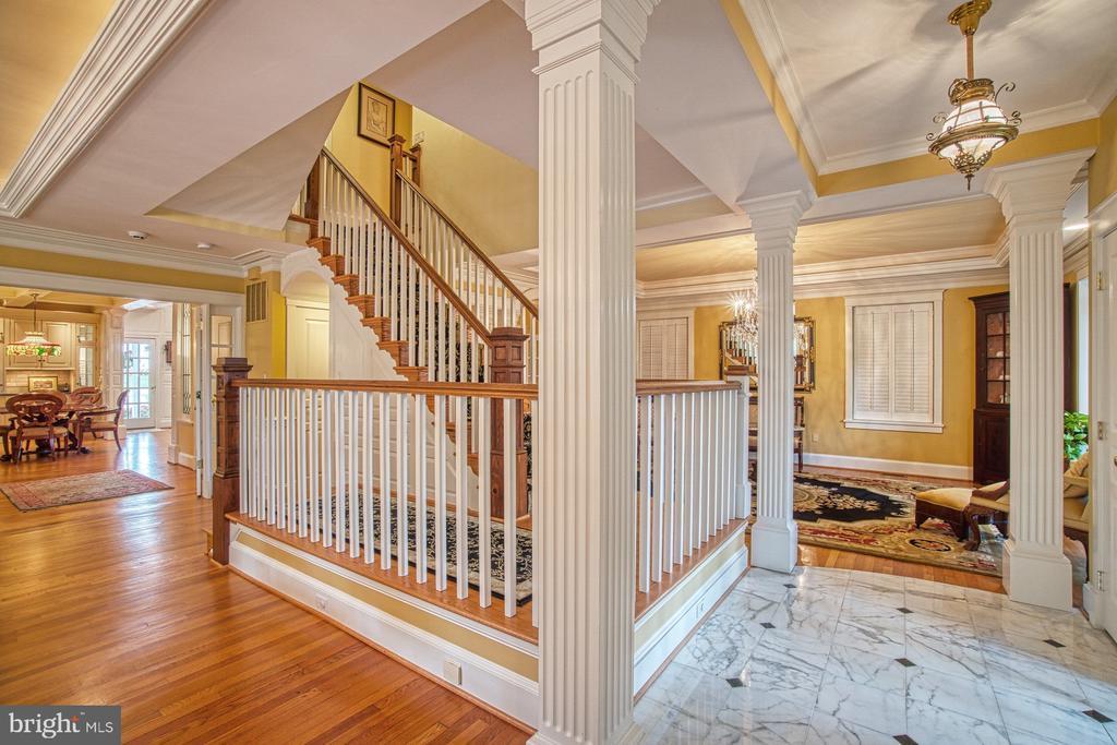 Marble formal foyer and gleaming hardwood flooring - 3812 MILITARY RD, ARLINGTON