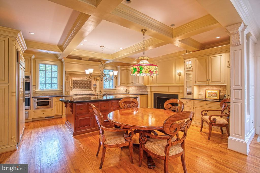 Casual dining in the gourmet kitchen - 3812 MILITARY RD, ARLINGTON