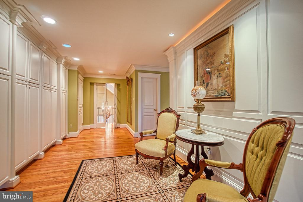 Master sitting room w/ custom wall closets - 3812 MILITARY RD, ARLINGTON