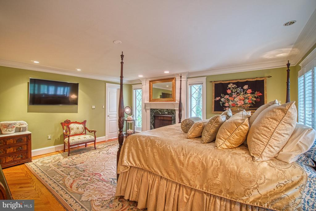 Master bedroom with gas fireplace - 3812 MILITARY RD, ARLINGTON