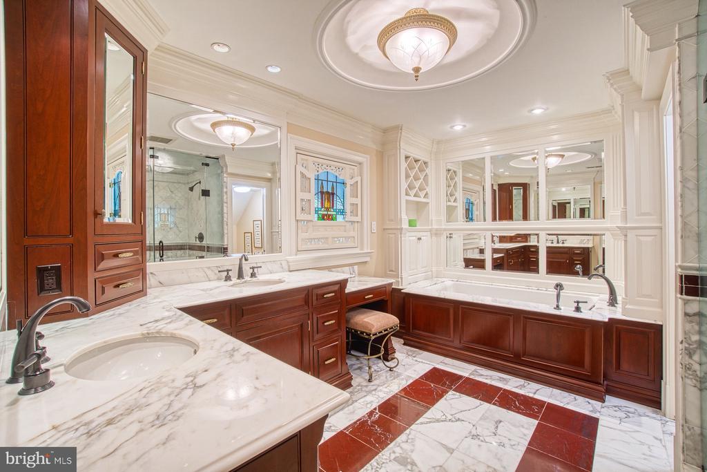 Master bedroom marble bathroom - 3812 MILITARY RD, ARLINGTON
