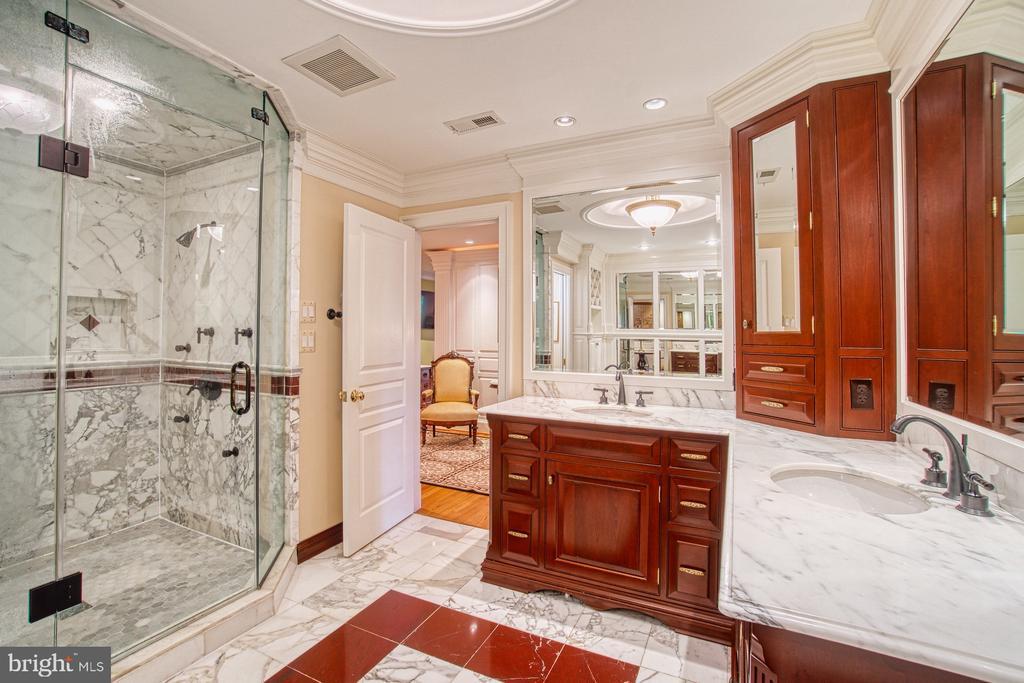 Separate shower & custom cabinetry - 3812 MILITARY RD, ARLINGTON