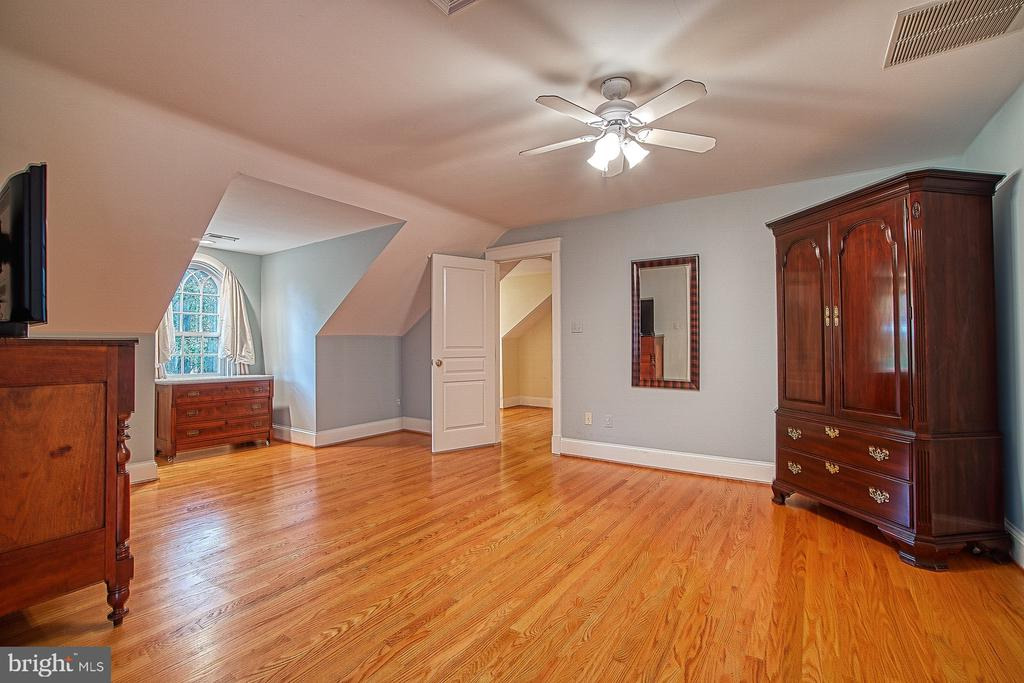 3rd  level 3rd bedroom large enough for master BR - 3812 MILITARY RD, ARLINGTON