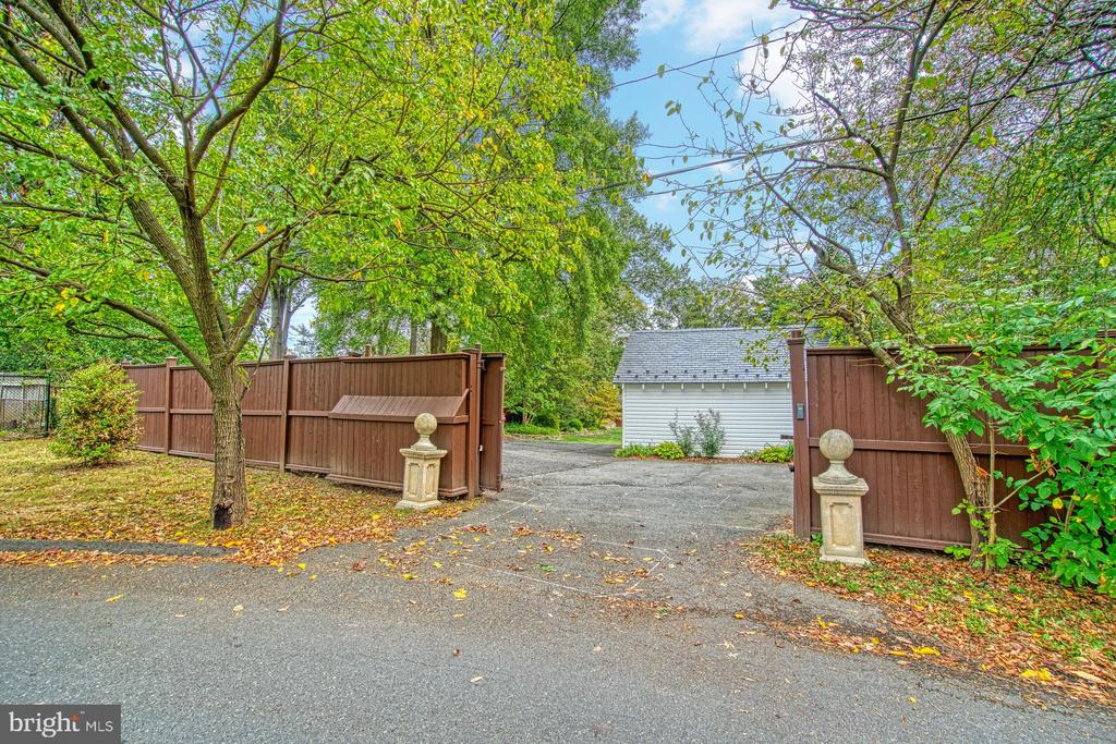 Gated entrance from Stafford St - 3812 MILITARY RD, ARLINGTON