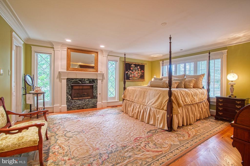 Another view of the master bedroom - 3812 MILITARY RD, ARLINGTON