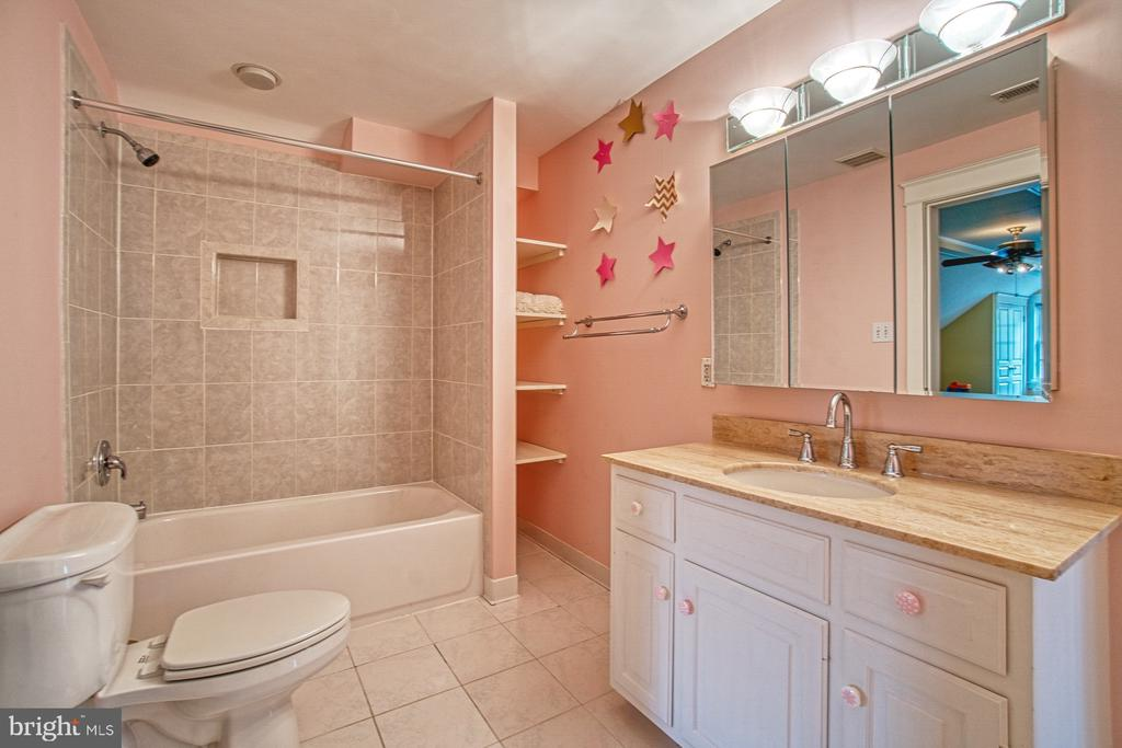 3rd level en suite bath for 4th bedroom - 3812 MILITARY RD, ARLINGTON