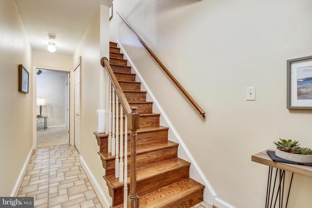 Hallway to family room with large walk-in closet. - 102 ROBERTS CT, ALEXANDRIA