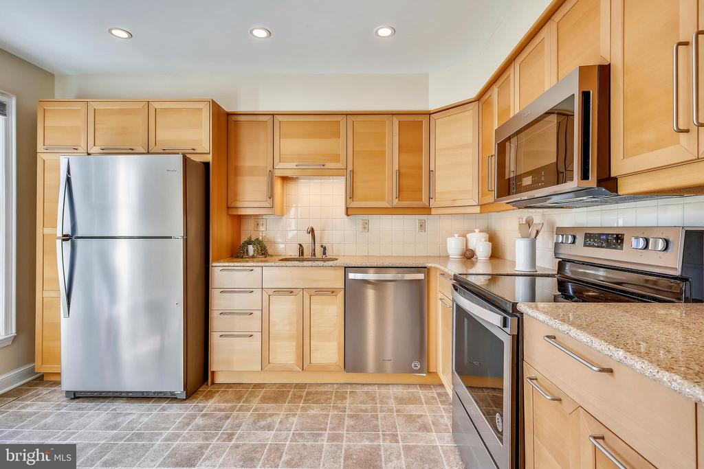 High end microwave/convection oven. - 102 ROBERTS CT, ALEXANDRIA
