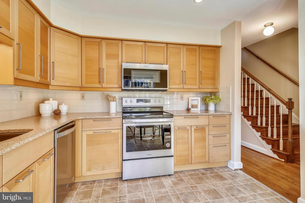 Stylish  kitchen with new stainless appliances - 102 ROBERTS CT, ALEXANDRIA