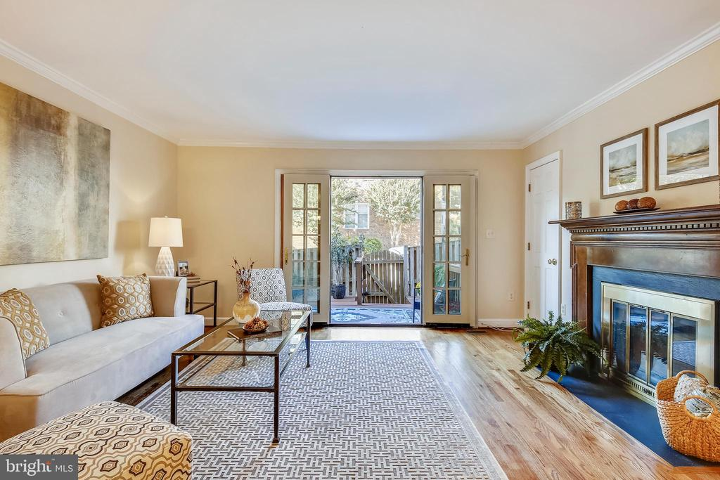 French doors to patio and rear parking. - 102 ROBERTS CT, ALEXANDRIA