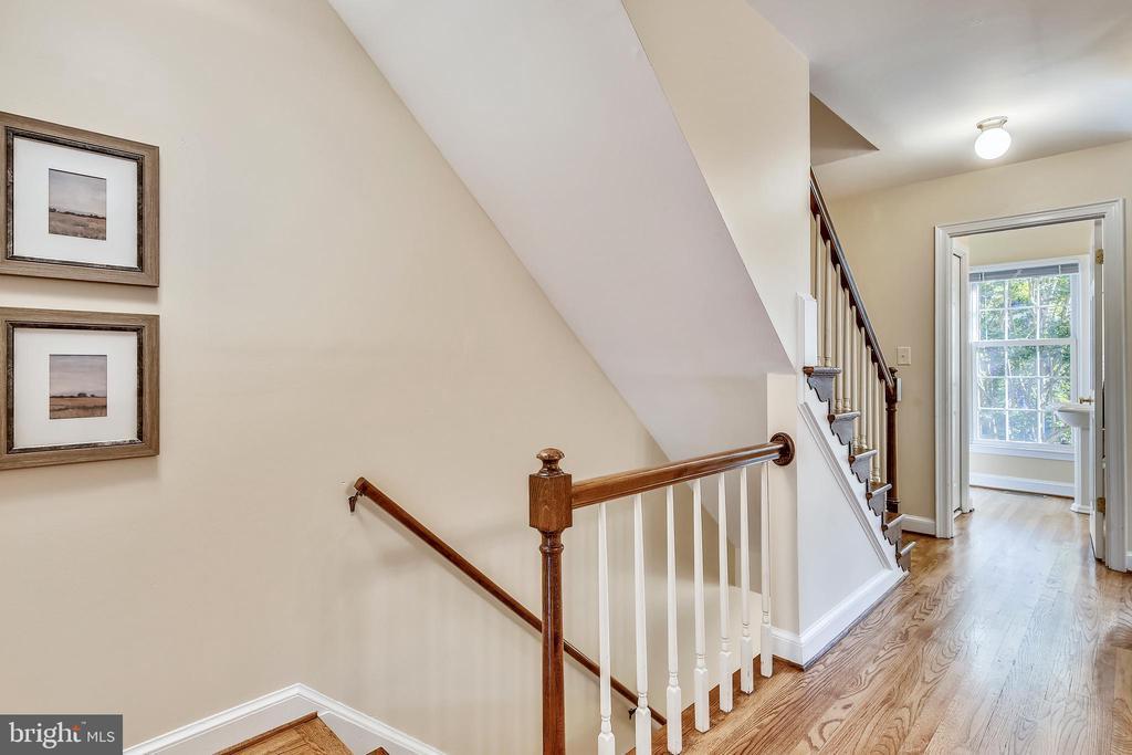 First floor living room. - 102 ROBERTS CT, ALEXANDRIA