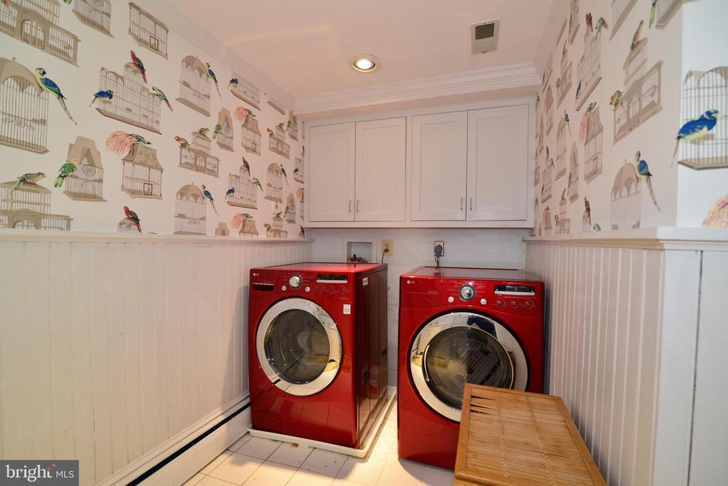 Laundry/Half Bathroom on Upper Level - 100 E COLONIAL HWY, HAMILTON