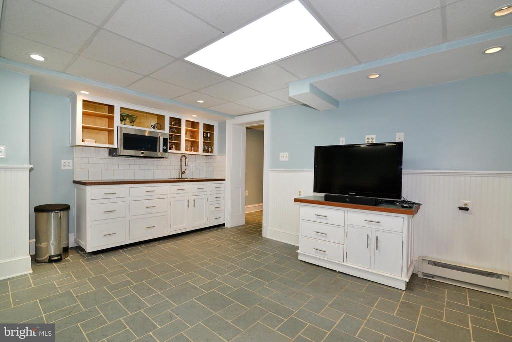 Basement Bonus Room with Kitchenette - 100 E COLONIAL HWY, HAMILTON