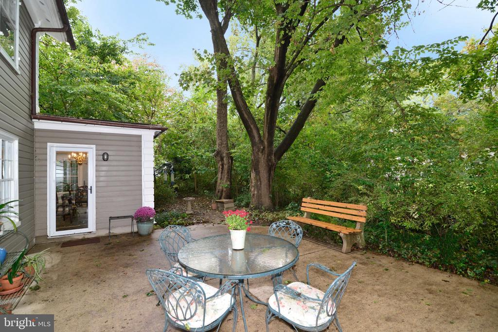 Private Rear Patio - 100 E COLONIAL HWY, HAMILTON