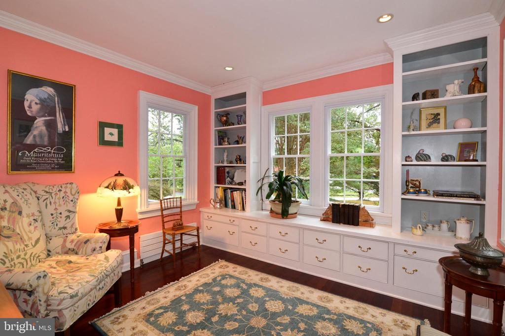 Library with built-ins - 100 E COLONIAL HWY, HAMILTON