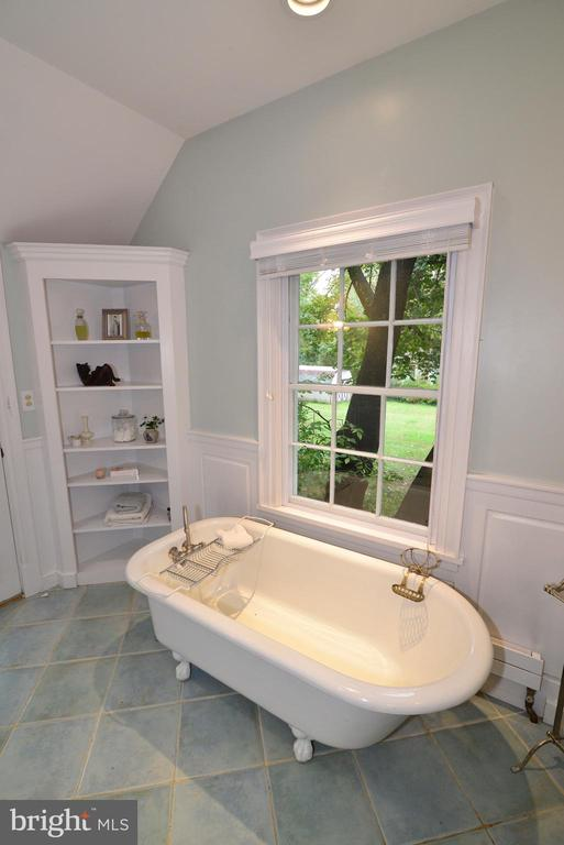Full Bath with Claw Foot Tub and built-ins - 100 E COLONIAL HWY, HAMILTON