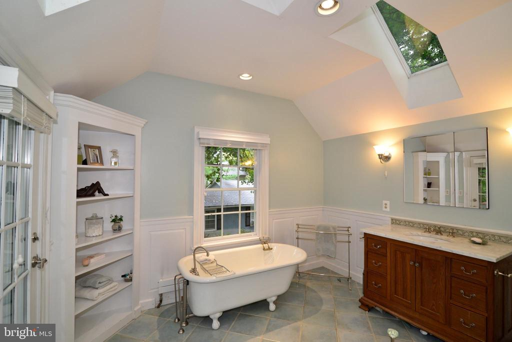 Full Bath with Claw Foot Tub - 100 E COLONIAL HWY, HAMILTON