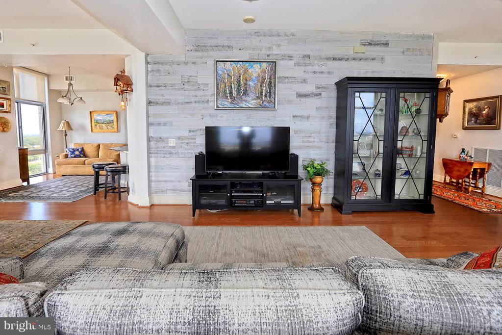 Open floor plan w/options to suit your lifestyle - 11990 MARKET ST #1914, RESTON