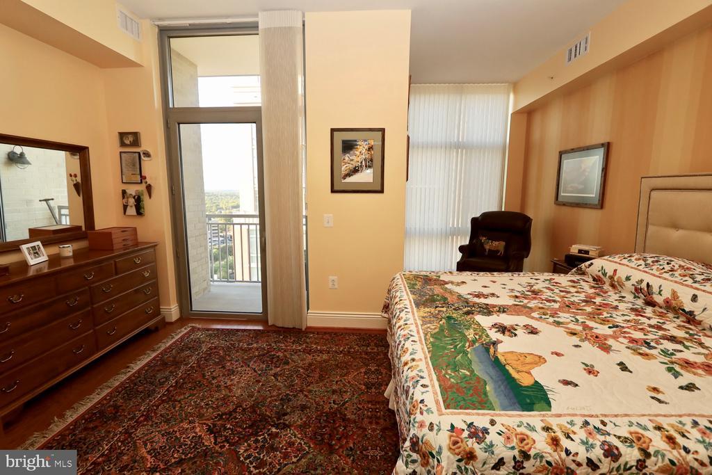A sitting room adjoins the master bedroom - 11990 MARKET ST #1914, RESTON