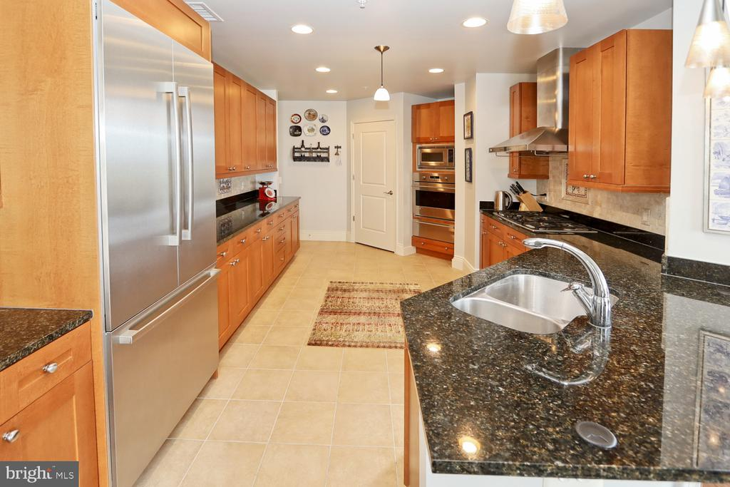 Gourmet kitchen with top-of-the-line appliances - 11990 MARKET ST #1914, RESTON