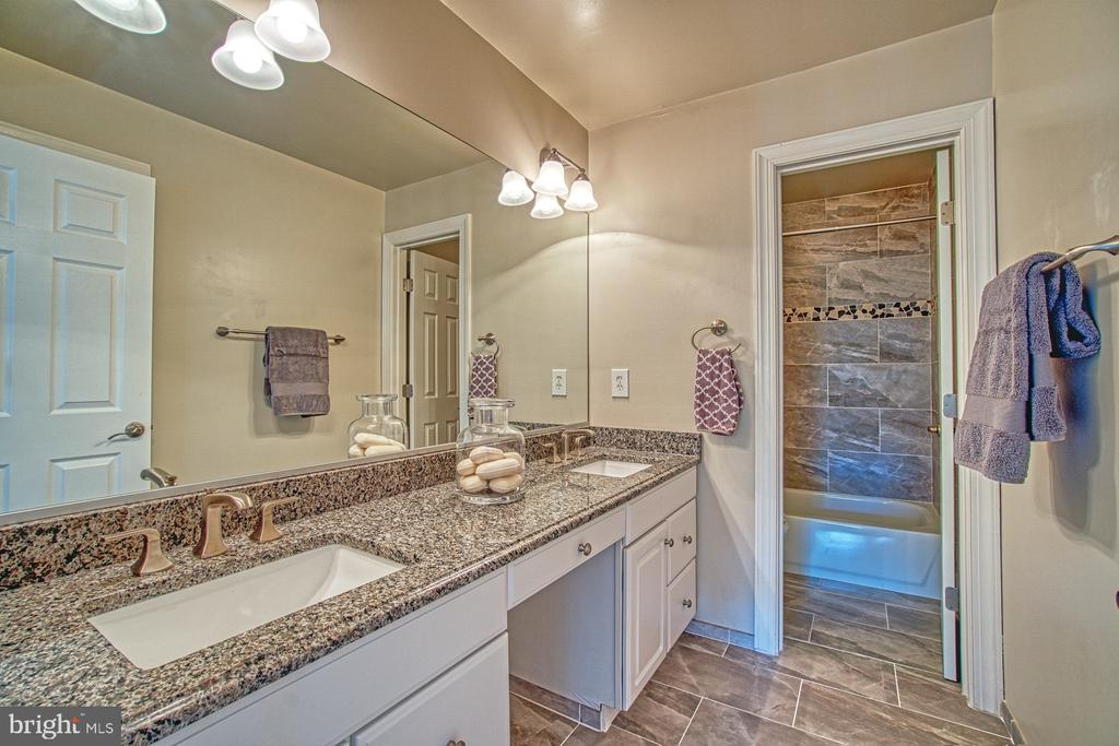 UPDATED HALL BATH W DUAL SINKS - 47012 KENTWELL PL, STERLING