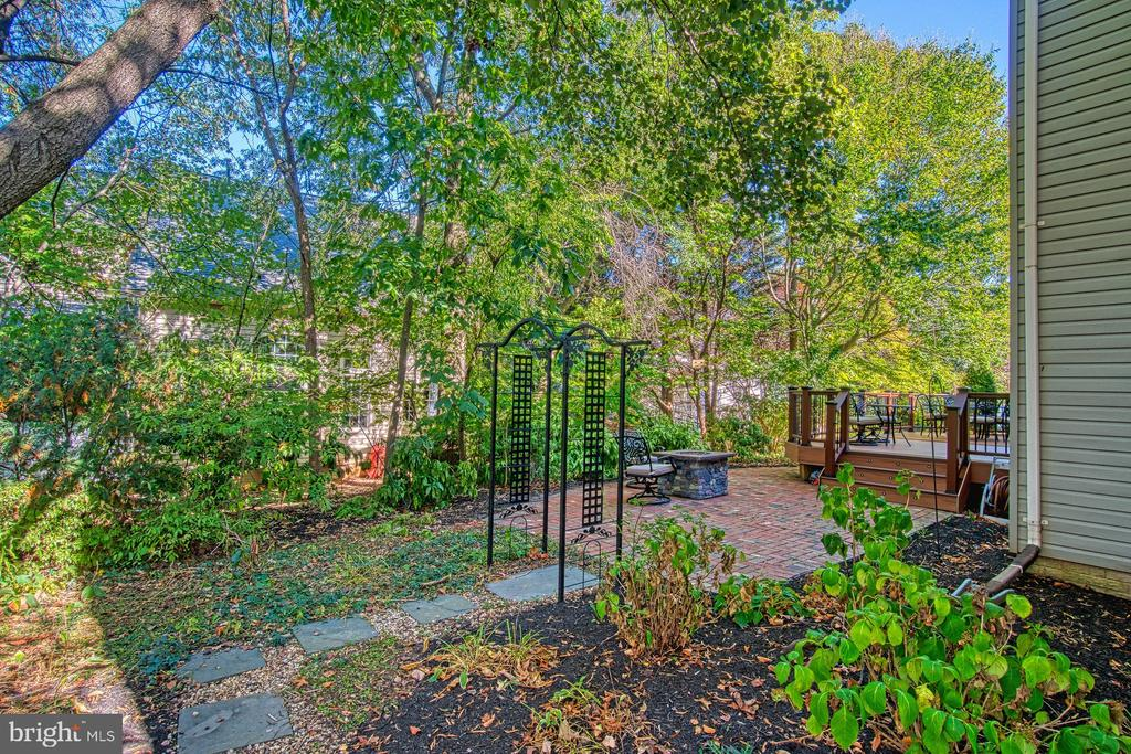 SO MUCH PRIVACY..... - 47012 KENTWELL PL, STERLING