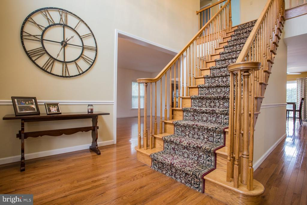 Center Staircase - 201 MANOR DR, MIDDLETOWN