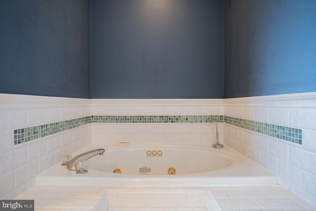 Jacuzzi Tub! - 201 MANOR DR, MIDDLETOWN