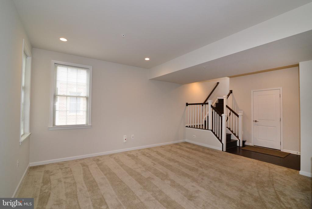 End Unit brings more light on all levels! - 25017 CAMBRIDGE HILL TER, CHANTILLY