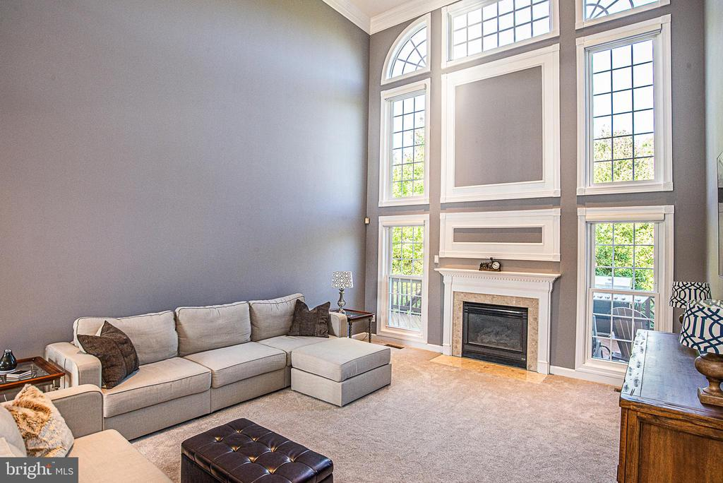 Two-story Family Room with lots of wow factor - 18555 DETTINGTON CT, LEESBURG