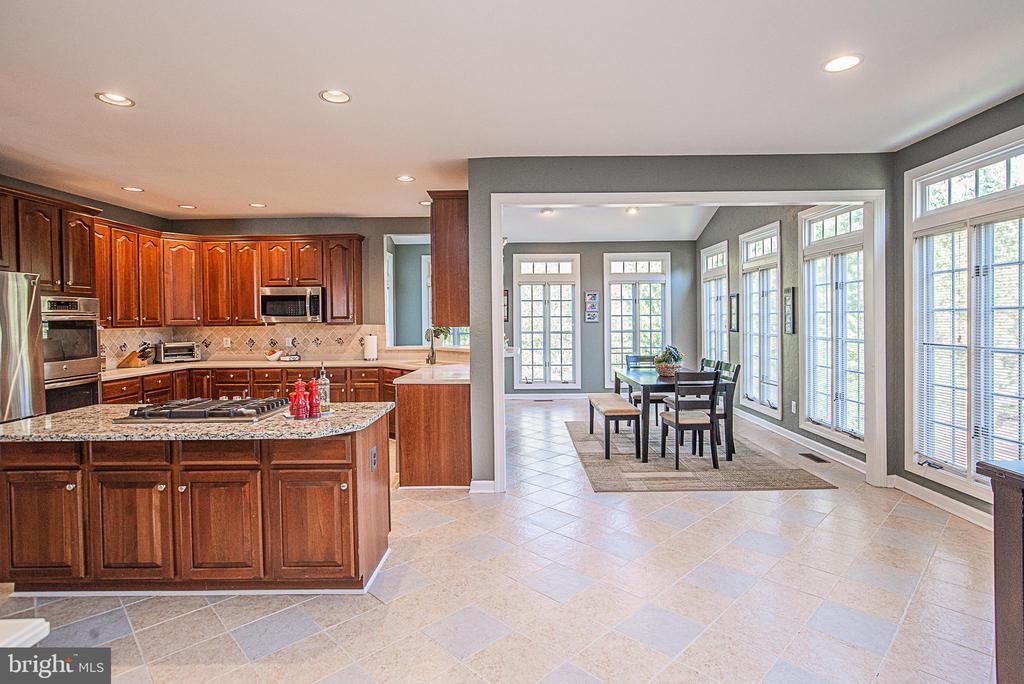 HUGE open Kitchen and Sunroom/Breakfast Room - 18555 DETTINGTON CT, LEESBURG