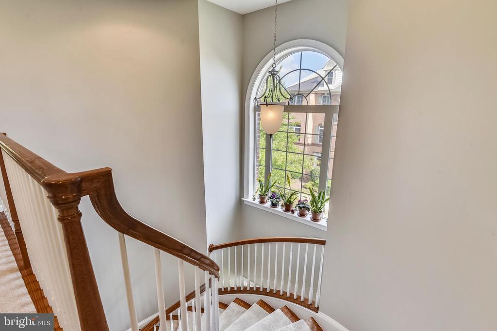 WONDERFUL WINDOW FOR LIGHT! - 124 QUIETWALK LN, HERNDON