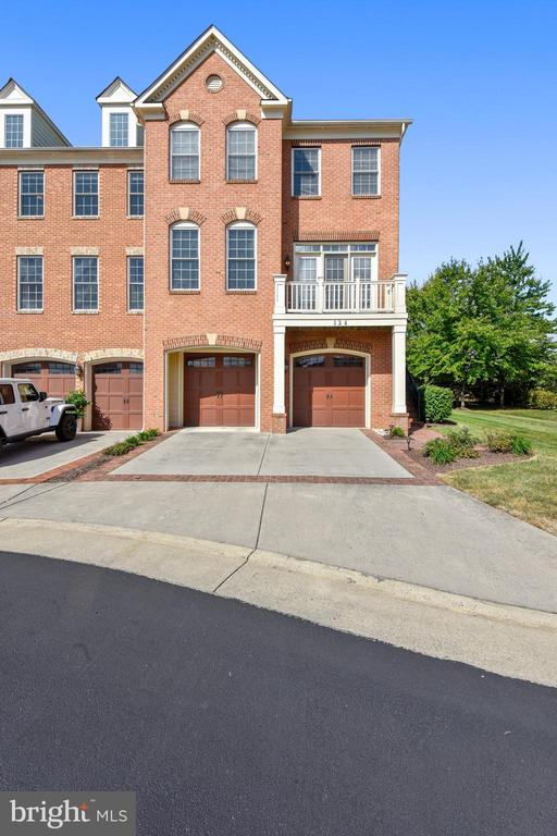 DRIVEWAY FOR CARS! - 124 QUIETWALK LN, HERNDON