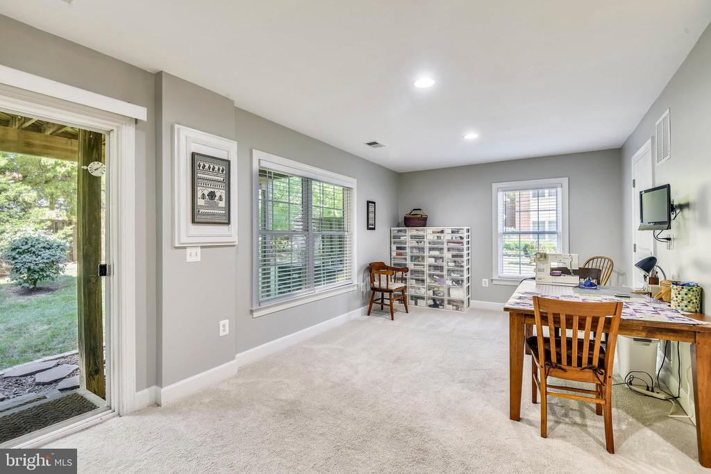 WALK OUT TO PATIO AND TREES! - 124 QUIETWALK LN, HERNDON