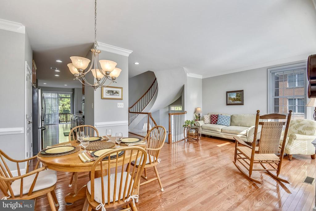 DINING LIVING SPACE! HARDWOODS! - 124 QUIETWALK LN, HERNDON