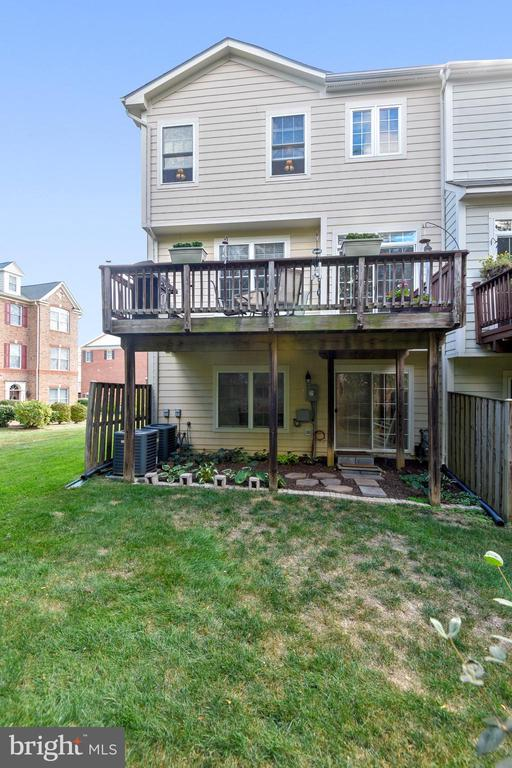 DECK AND PATIO AND YARD! - 124 QUIETWALK LN, HERNDON