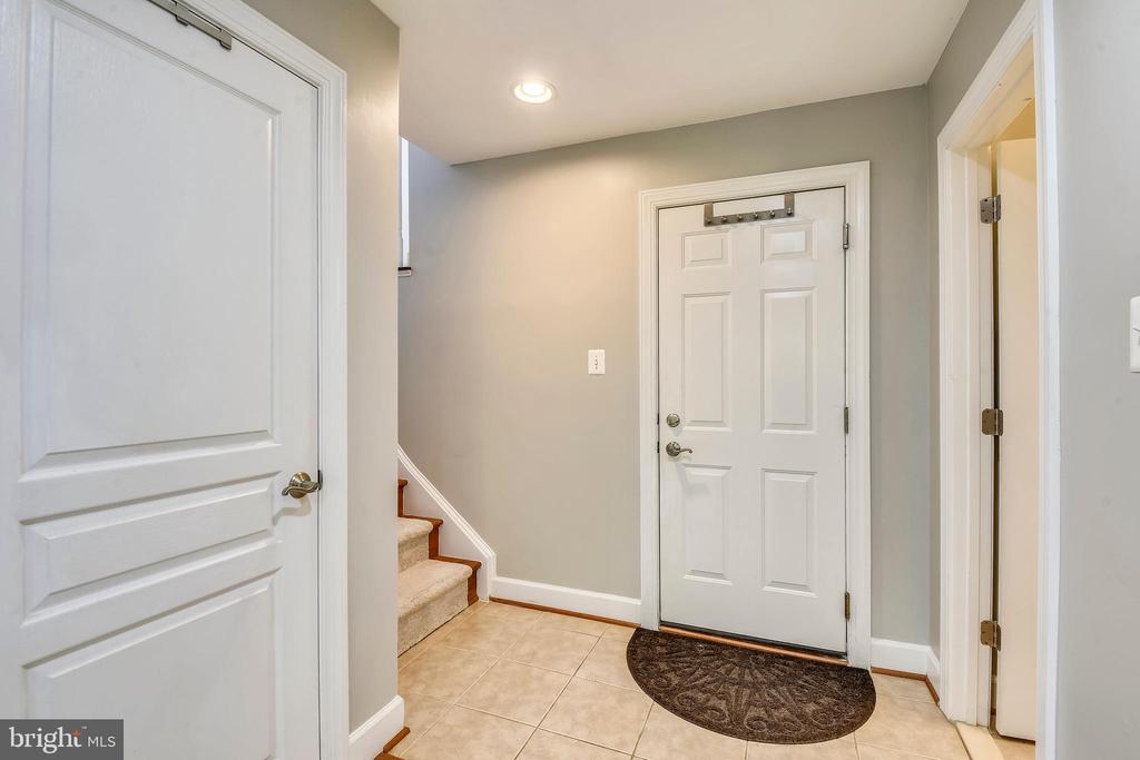 DOOR TO GARAGE! - 124 QUIETWALK LN, HERNDON