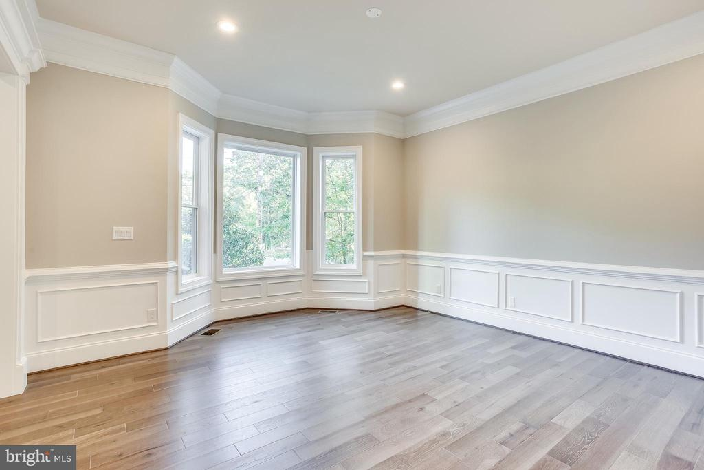 Beautiful bay windows in living room - 4112 DOVEVILLE LN, FAIRFAX